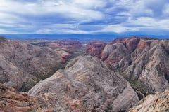 El barranco de la nieve pasa por alto, las visiones desde la cabeza roja de la pista de senderismo del desierto de monta?a, parqu fotografía de archivo