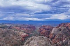 El barranco de la nieve pasa por alto, las visiones desde la cabeza roja de la pista de senderismo del desierto de monta?a, parqu fotos de archivo