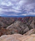 El barranco de la nieve pasa por alto, las visiones desde la cabeza roja de la pista de senderismo del desierto de monta?a, parqu foto de archivo libre de regalías