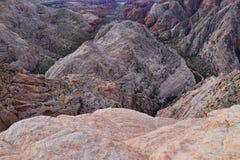 El barranco de la nieve pasa por alto, las visiones desde la cabeza roja de la pista de senderismo del desierto de monta?a, parqu fotografía de archivo libre de regalías