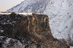 El barranco del río de Azat y sinfonía de piedras cerca de Garni en invierno Fotos de archivo libres de regalías