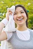 El barrido asiático de la mujer reblandeció con una toalla después de exerci Imagen de archivo