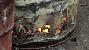 El barril de la calle con el fuego abierto flamea, la parte inferior, al aire libre