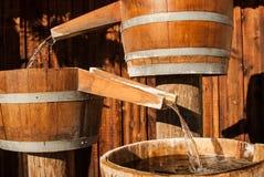 El barril del agua lanza el agua Imagen de archivo