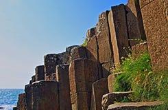 El basalto del escalón del terraplén de Giants bloquea abajo al mar Fotografía de archivo libre de regalías
