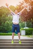 El basculador que salta en el parque Imagenes de archivo