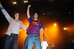 El batería de Kurtis Smith del rock británico/de los azules congriega el brebaje, perfoms con una camisa del equipo de F.C. Barcel Imagenes de archivo