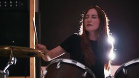 El batería de la muchacha que jugaba los tambores con sus ojos se cerró almacen de metraje de vídeo