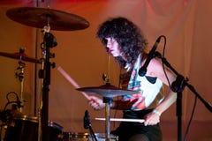 El batería de Nina Coyote Eta Chico Tornado (banda) se realiza en Tibidabo Live Festival Imagenes de archivo