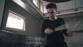 El batería juega bien en los tambores del gijutu El batería está jugando y está sonriendo Funcionamiento divertido almacen de video