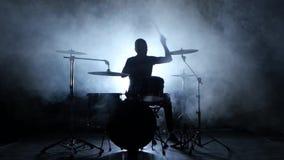 El batería juega la melodía en los tambores enérgico Fondo negro Silueta almacen de metraje de vídeo