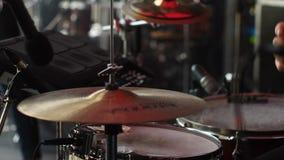 El batería juega los tambores almacen de metraje de vídeo