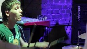 El batería se realiza en un concierto almacen de video