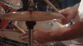 El batería toca los instrumentoes de percusión en un concierto almacen de video