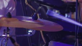 El batería toca los instrumentoes de percusión en un concierto como parte de un grupo musical almacen de video
