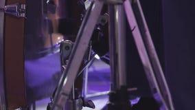 El batería toca los instrumentoes de percusión en un concierto como parte de un grupo musical metrajes