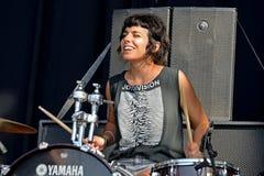 El batería y el cantante del EL Pardo (banda) se realiza con una camisa de Joy Division Imagenes de archivo