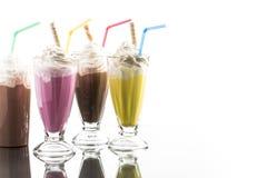 El batido de leche colorido del verano con se lleva la reflexión del ingenio de la taza Foto de archivo libre de regalías