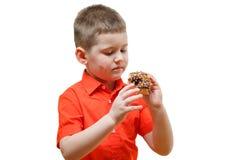 El bebé adorable come el buñuelo con el chocolate Imagen de archivo