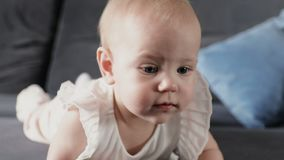 El bebé adorable sonríe y se ríe del hogar almacen de metraje de vídeo