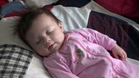 El bebé arrulla y comunicando almacen de video