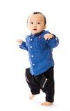 El bebé asiático aprende caminar imagen de archivo