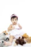 El bebé asiático borroso está jugando con los juguetes de la felpa Foto de archivo libre de regalías