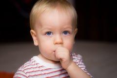 El bebé aspira el pulgar Imagen de archivo libre de regalías