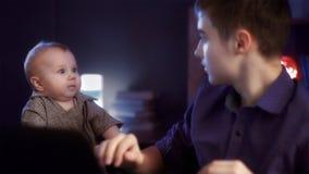 El bebé asustó a un hermano Imagenes de archivo