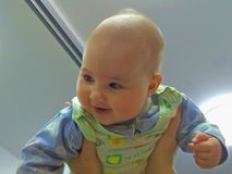 El bebé bajo techo foto de archivo