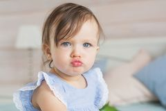El bebé bastante pequeño está enojado Imagenes de archivo