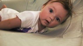 El bebé cae, lo juega apagado como ella estiraba almacen de video