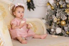 El bebé cerca del lujo adornó el árbol de navidad Imagen de archivo libre de regalías