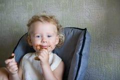 El bebé come el chocolate Fotos de archivo libres de regalías