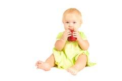 El bebé come la manzana roja Fotos de archivo