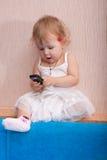 El bebé con el teléfono Imagen de archivo