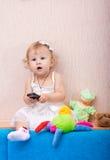 El bebé con el teléfono Fotos de archivo libres de regalías