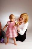 El bebé con la madre Fotos de archivo libres de regalías