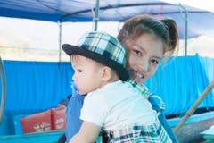 El bebé con la mamá Foto de archivo libre de regalías