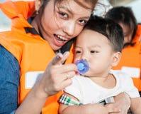 El bebé con la mamá Imágenes de archivo libres de regalías