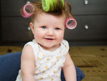 El bebé con los bigudíes en su pelo Imágenes de archivo libres de regalías