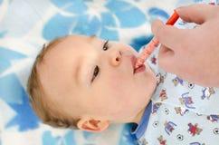 El bebé consigue la medicina Imagen de archivo