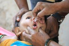 El bebé consigue la vacuna de la poliomielitis Imágenes de archivo libres de regalías