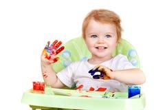El bebé crea el cuadro con las manos pintadas Imagenes de archivo