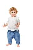 El bebé de dos años es feliz y da vuelta a las muñecas Fotos de archivo libres de regalías