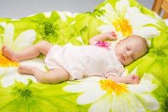 El bebé de dos meses duerme feliz en cama Fotografía de archivo libre de regalías