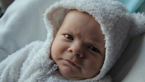 El bebé despierta y mira almacen de video