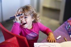 el bebé dibuja con el rotulador fotografía de archivo libre de regalías