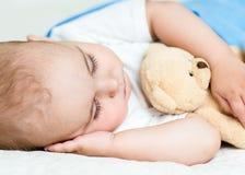 El bebé duerme debajo de una manta Imágenes de archivo libres de regalías