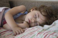 El bebé duerme en cama Foto de archivo